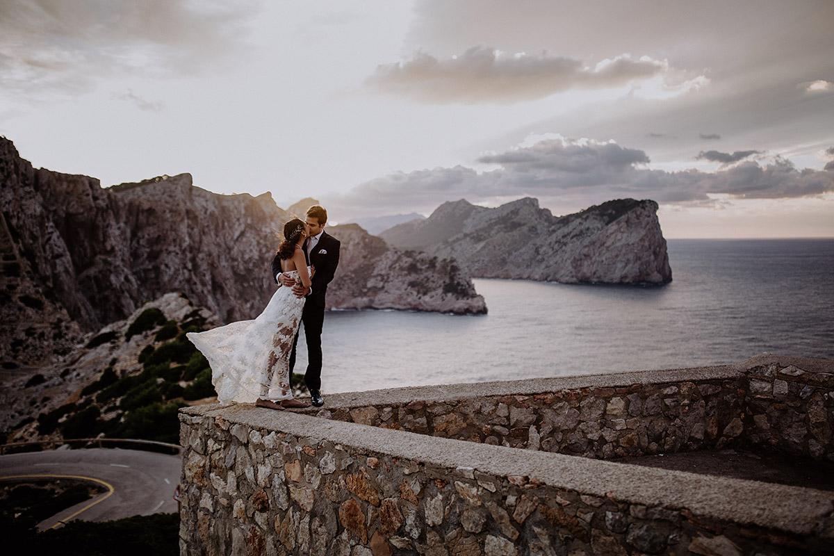 Hochzeitsfoto bei Sonnenuntergang am Meer - Mallorca Hochzeitsfotograf © www.hochzeitslicht.de
