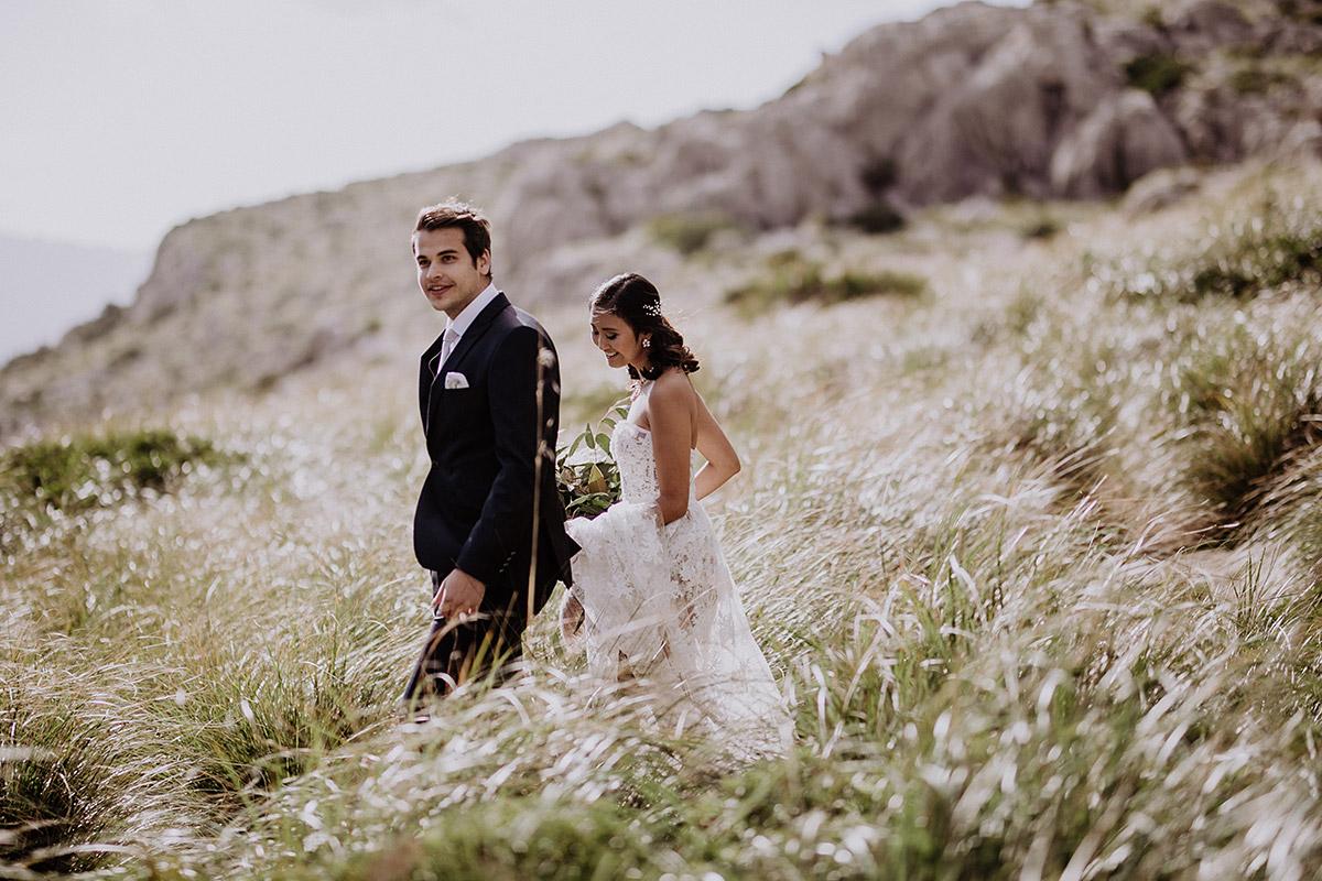 Brautpaar auf Weg zu Trauung nur zu zweit - Mallorca Hochzeitsfotograf © www.hochzeitslicht.de
