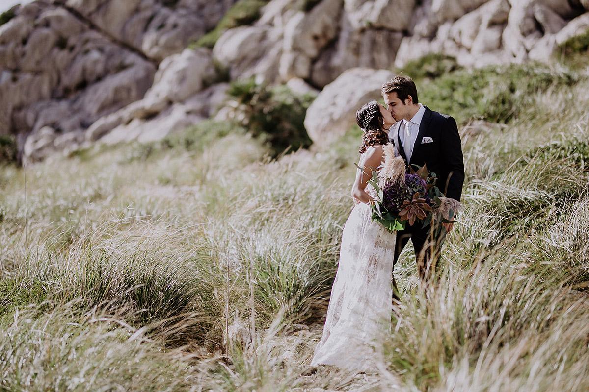 romantisches Hochzeitsfoto von Brautpaar bei Elopement - Mallorca Hochzeitsfotograf © www.hochzeitslicht.de