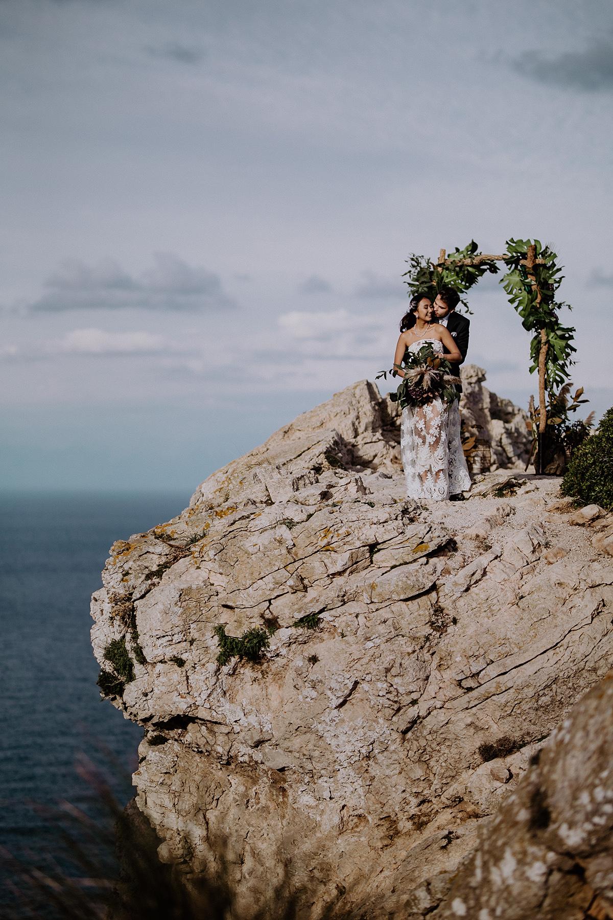 Brautpaarfoto an Kliff bei Elopement - Mallorca Hochzeitsfotograf © www.hochzeitslicht.de