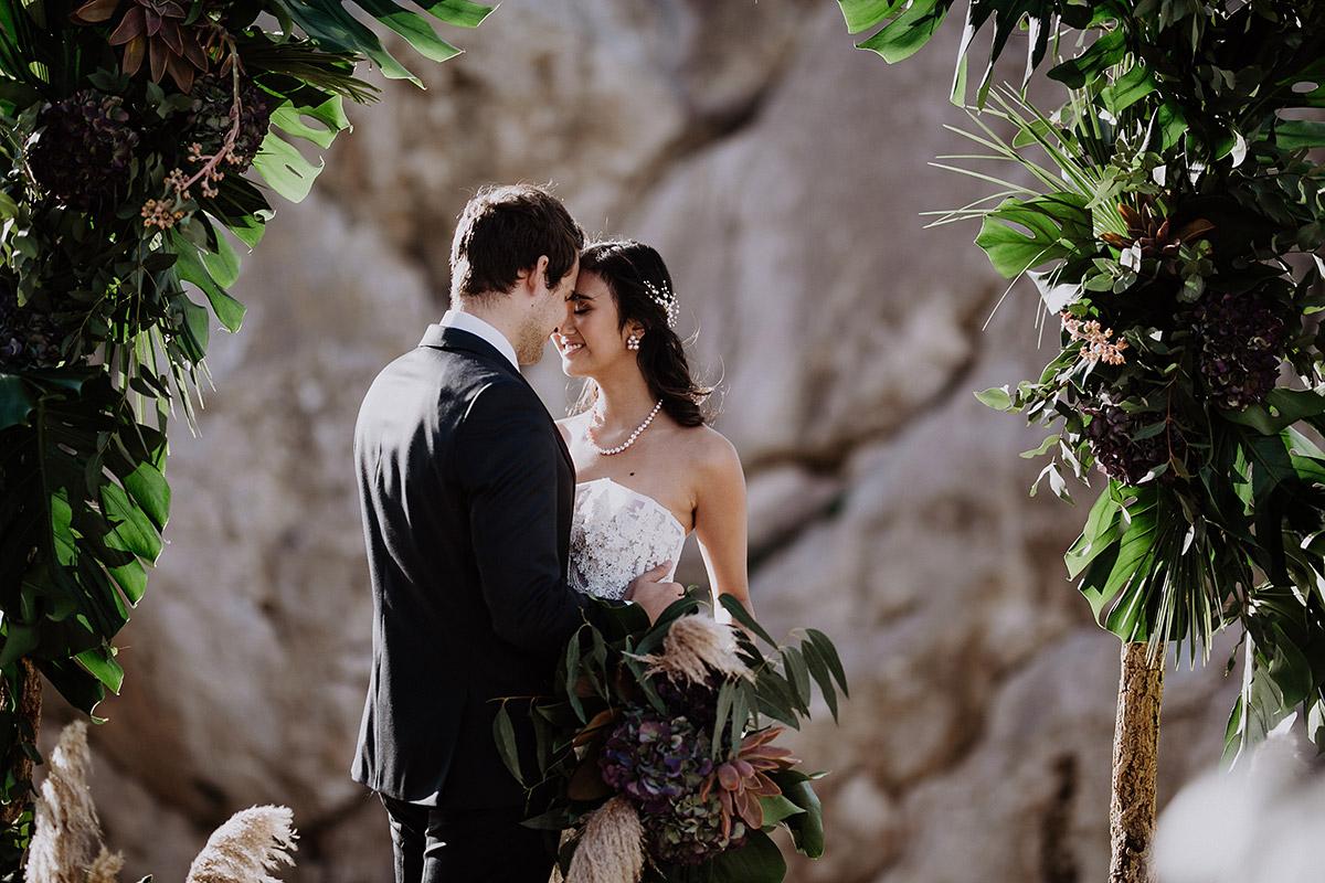 verträumtes Hochzeitsfoto von Brautpaar unter Blumenbogen bei Elopement - Mallorca Hochzeitsfotograf © www.hochzeitslicht.de