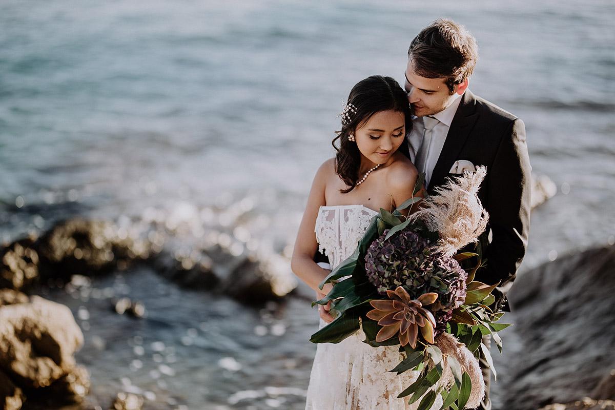 verträumtes Brautpaarfoto bei Elopement - Mallorca Hochzeitsfotograf © www.hochzeitslicht.de