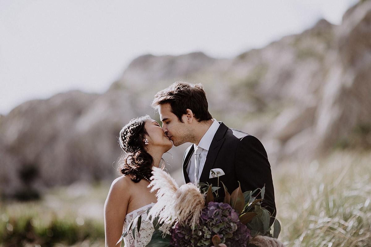 romantisches Brautpaarfoto bei Elopement Hochzeit - Mallorca Hochzeitsfotograf © www.hochzeitslicht.de
