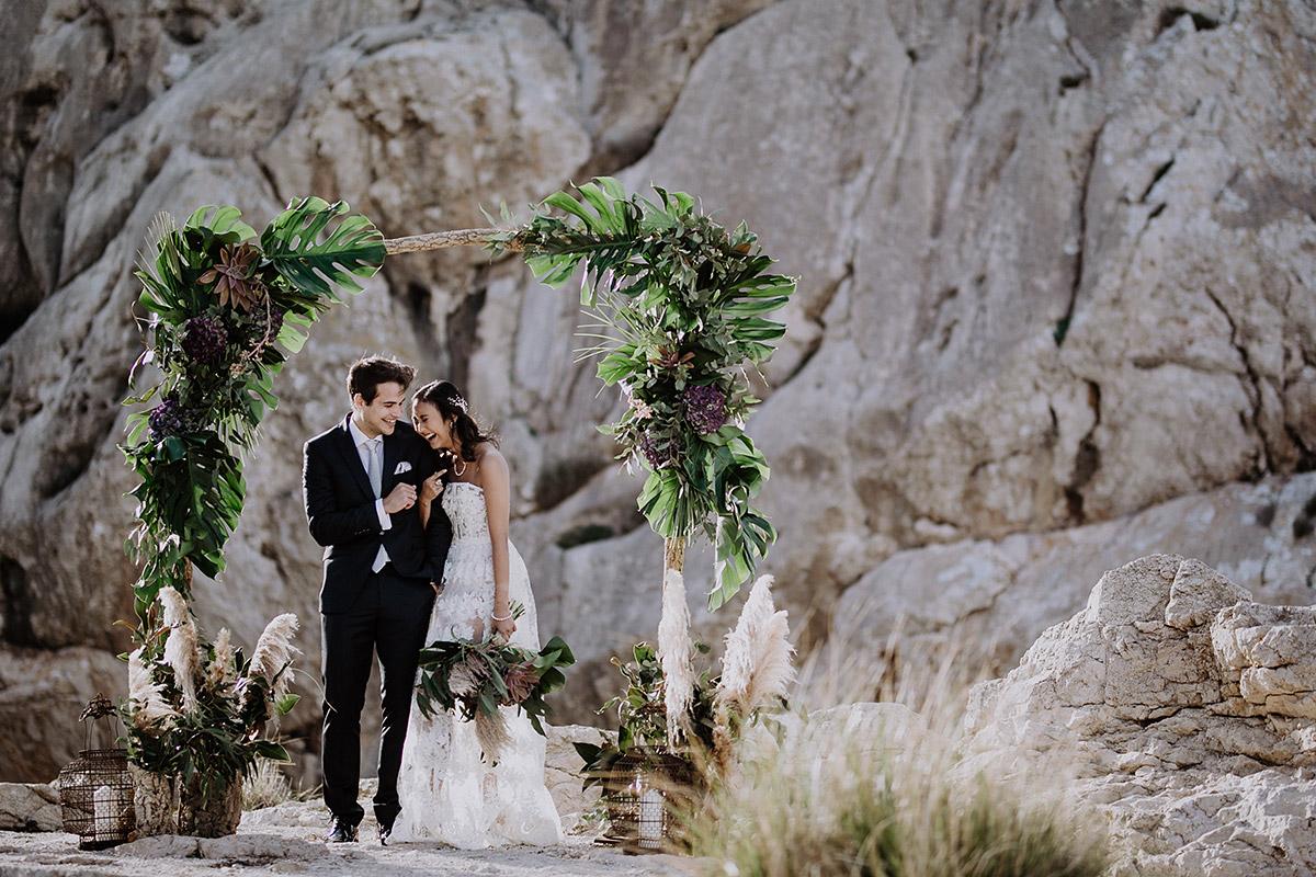 Brautpaar unter Blumenbogen bei Elopement Hochzeit auf Mallorca - Mallorca Hochzeitsfotograf © www.hochzeitslicht.de