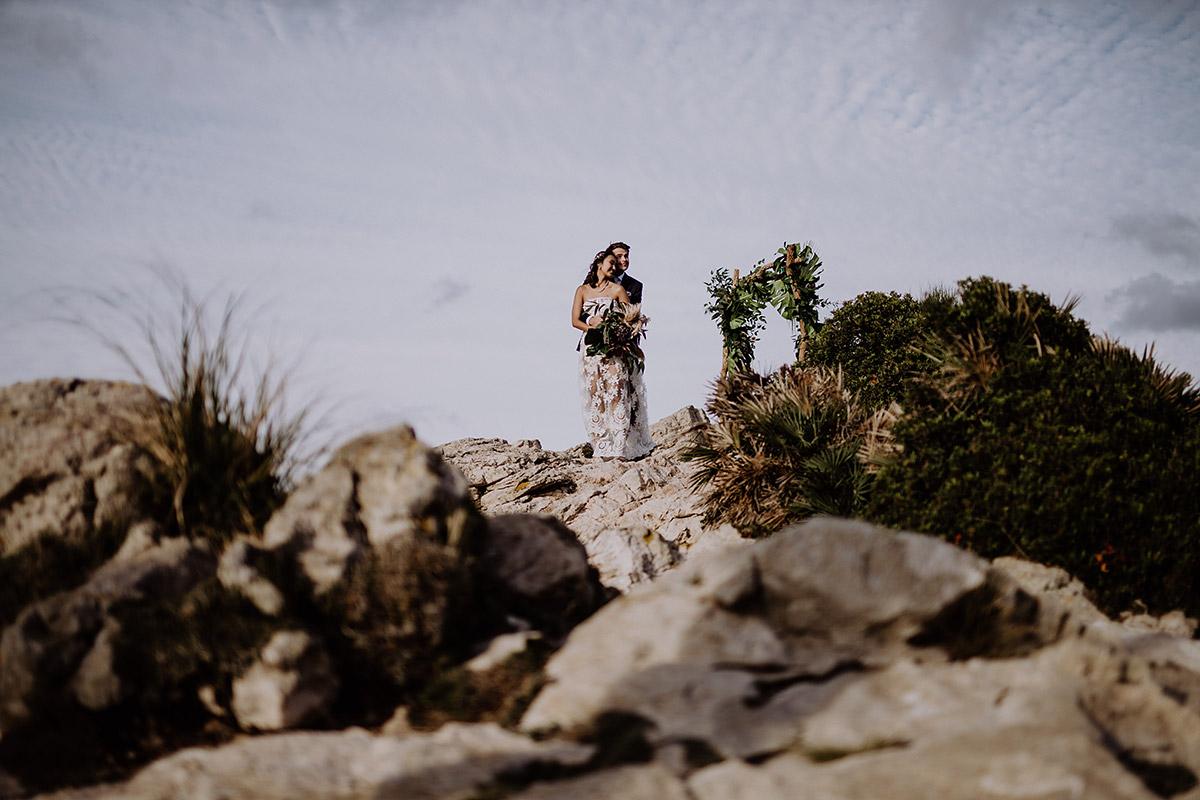 Brautpaarfoto bei Abendsonne bei Elopement Hochzeit - Mallorca Hochzeitsfotograf © www.hochzeitslicht.de