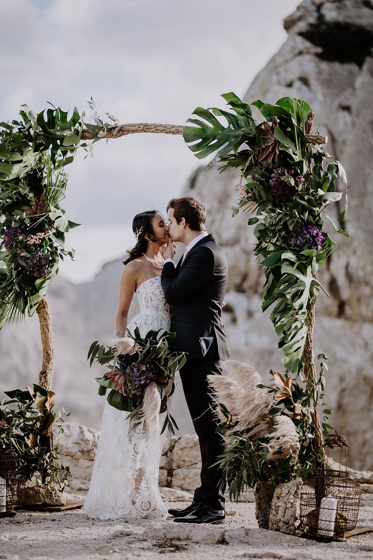 Brautpaarfoto unter Boho Blumenbogen bei Elopement Shooting - Mallorca Hochzeitsfotograf © www.hochzeitslicht.de