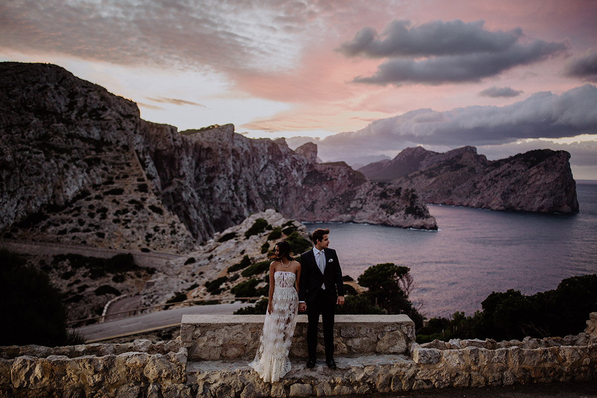Sonnenuntergang Fotoshoot am Meer bei Elopement- Mallorca Hochzeitsfotograf © www.hochzeitslicht.de