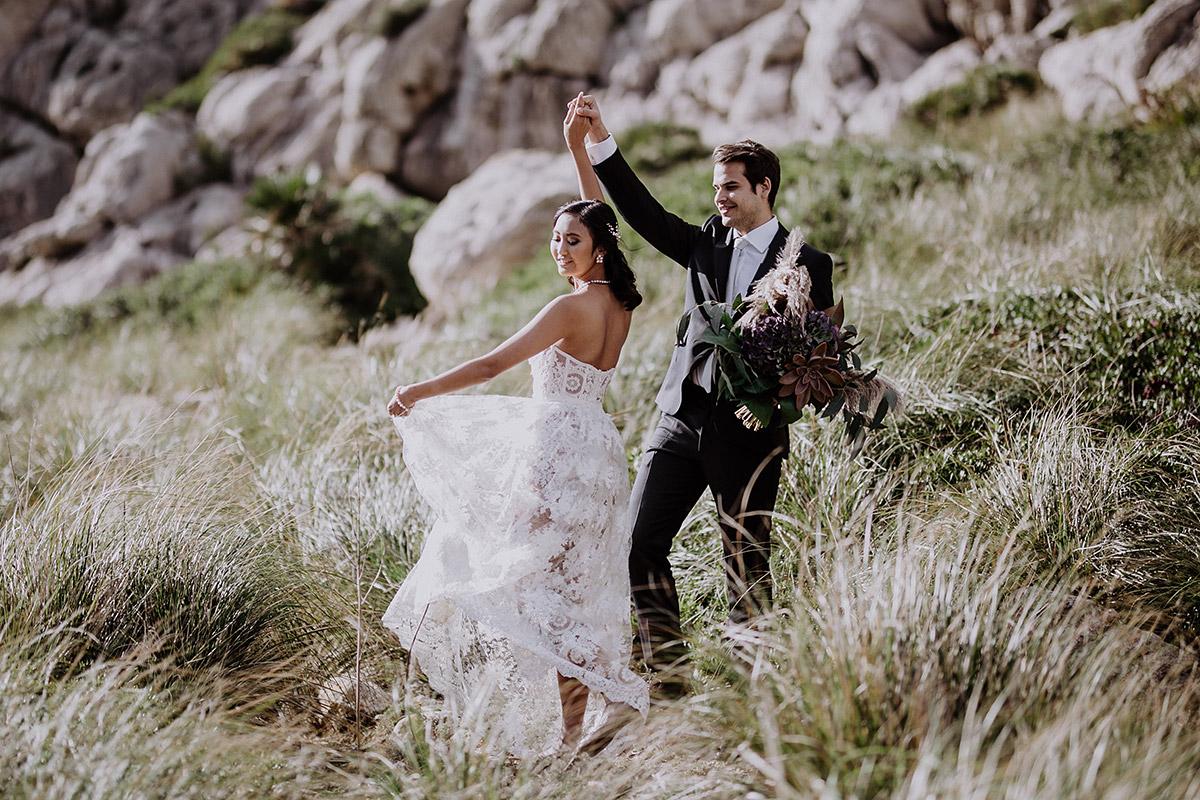 tanzendes Brautpaar vor Trauung bei Elopement - Mallorca Hochzeitsfotograf © www.hochzeitslicht.de