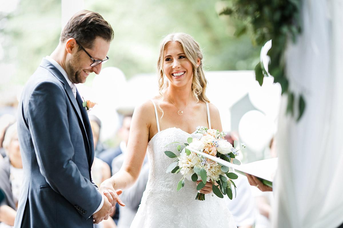 Brautpaar bei freier Trauung im Paulsborn am Grunewaldsee - Berlin Hochzeitsfotograf © www.hochzeitslicht.de