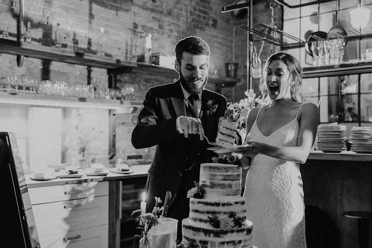 Hochzeitsreportagefoto vom Anschneiden der Hochzeitstorte - Alte Schmiede Old Smithy's Dizzle Hochzeitsfotograf © www.hochzeitslicht.de