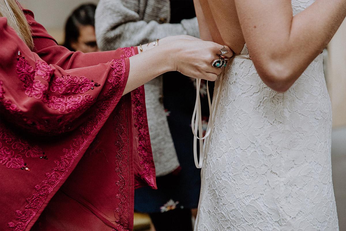 Ankleiden der Braut bei Friedrichshain-Hochzeit - Alte Schmiede Old Smithy's Dizzle Hochzeitsfotograf © www.hochzeitslicht.de
