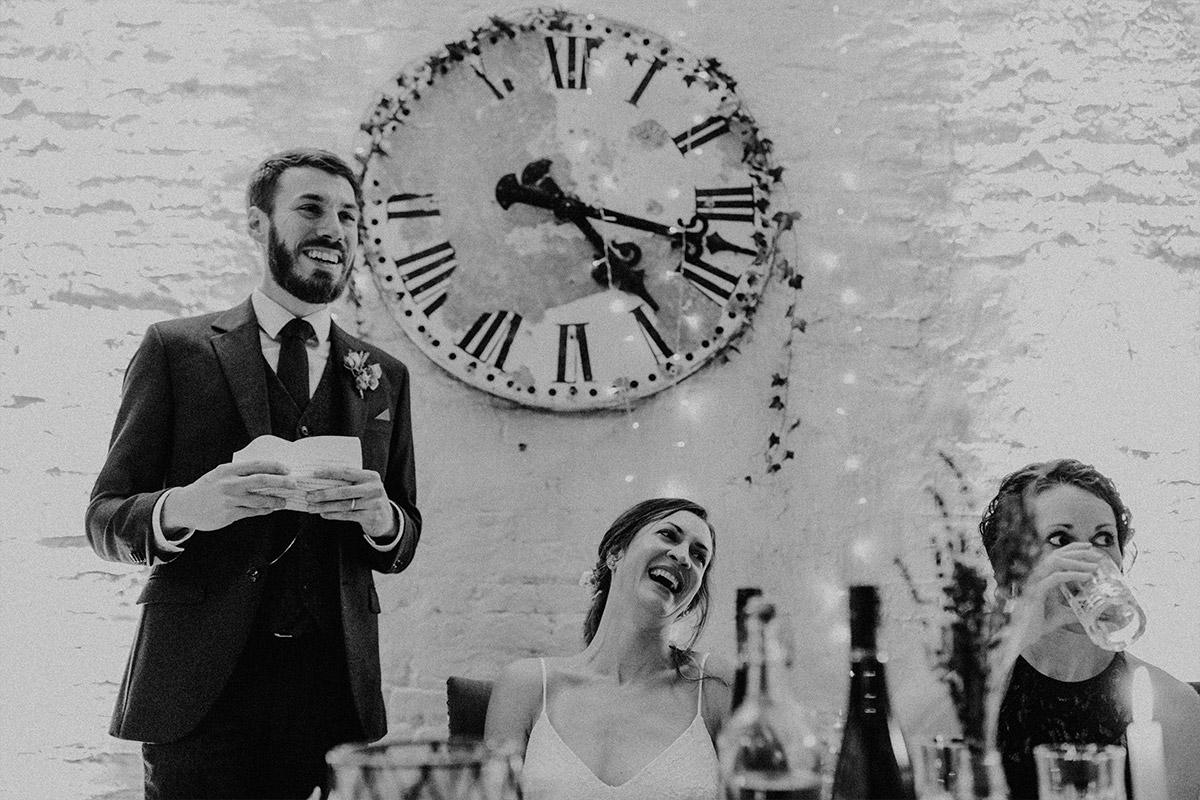 Hochzeitsfoto von Rede des Bräutigams am Abend - Alte Schmiede Old Smithy's Dizzle Hochzeitsfotograf © www.hochzeitslicht.de