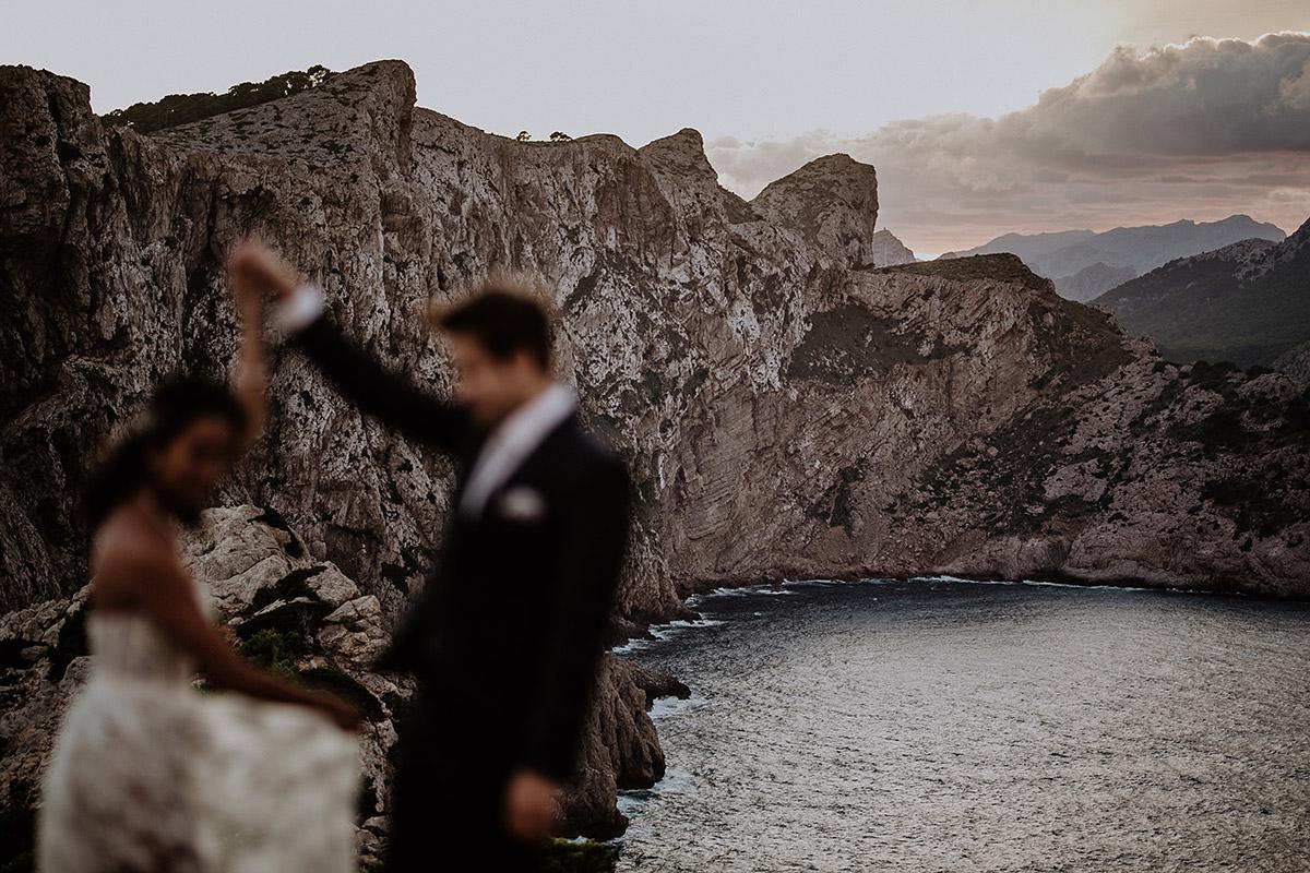 Hochzeitsfoto von tanzendem Brautpaar am Cap de Formentor - Mallorca Hochzeitsfotograf © www.hochzeitslicht.de