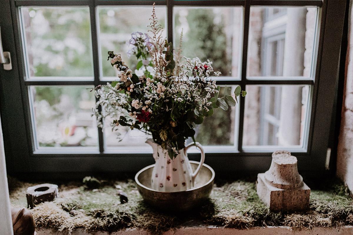 romantisches Detailfoto von herbstlichem Sträußchen in Vase bei Herbsthochzeit - Alte Schmiede Old Smithy's Dizzle Hochzeitsfotograf © www.hochzeitslicht.de