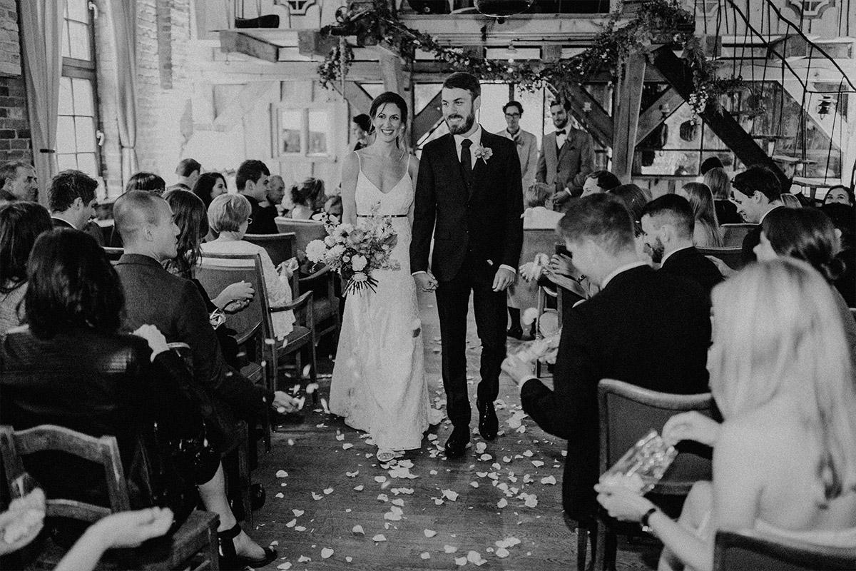 Auszug Brautpaar nach Trauung - Alte Schmiede Old Smithy's Dizzle Hochzeitsfotograf © www.hochzeitslicht.de
