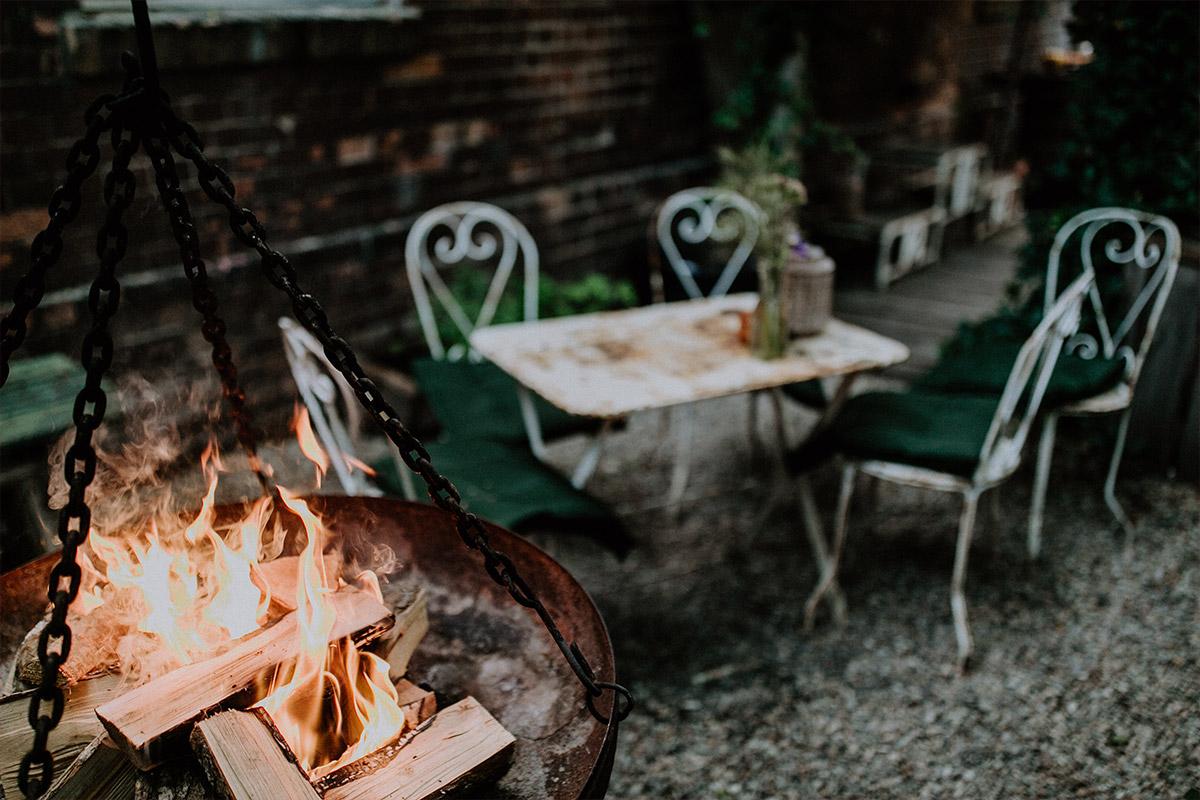 stimmungsvolles Hochzeitsreportagefoto im Garten mit Feuerschale und vintage Stühlen - Alte Schmiede Old Smithy's Dizzle Hochzeitsfotograf © www.hochzeitslicht.de