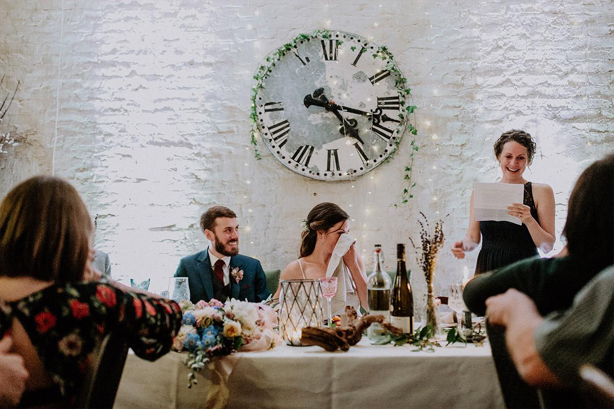 Hochzeitsfoto von gerührtem Brautpaar bei Rede Trauzeugin - Alte Schmiede Old Smithy's Dizzle Hochzeitsfotograf © www.hochzeitslicht.de