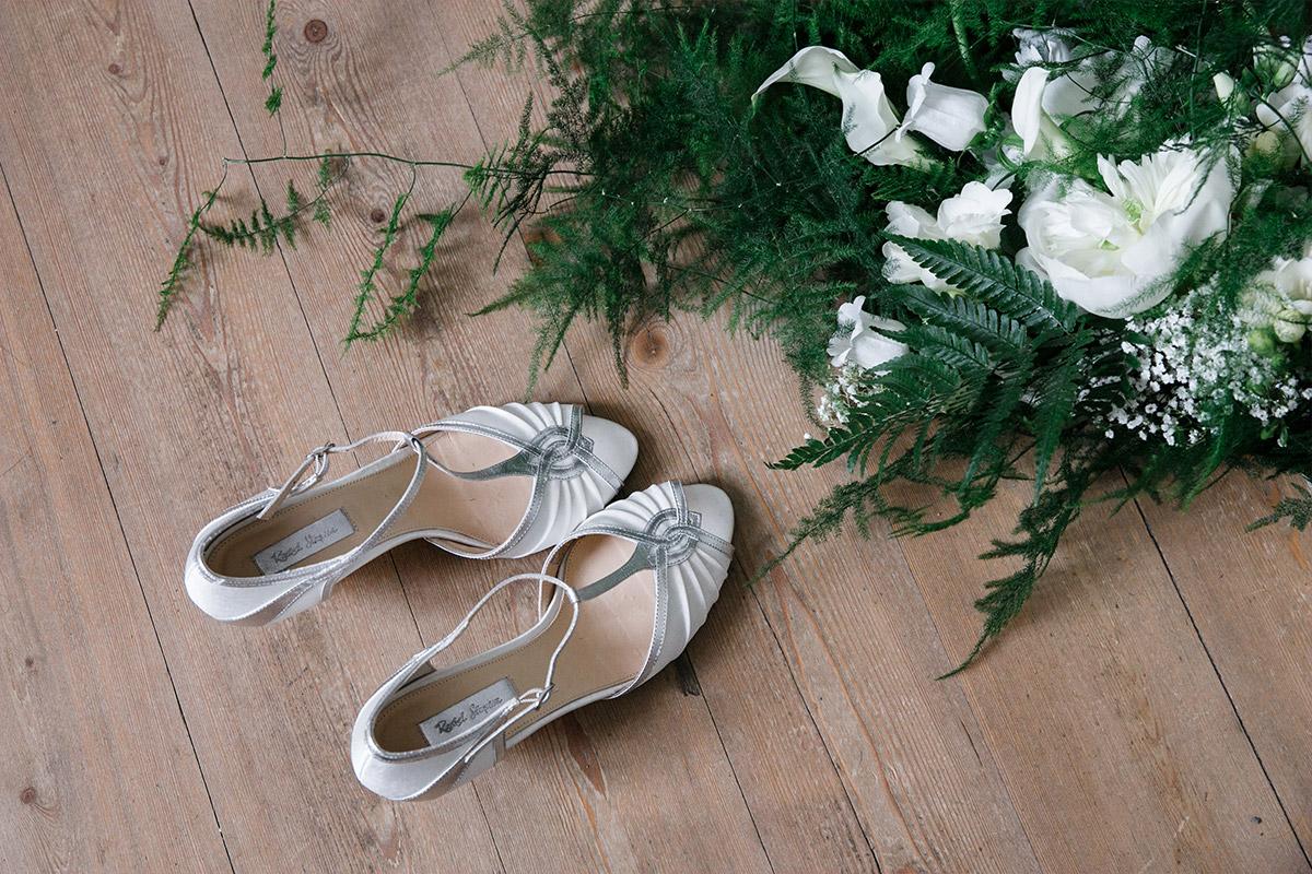 Brautschuhe und Brautstrauß aus Farn mit weißen Blumen bei Art Deco Hochzeit - Schloss Kröchlendorff Hochzeitsfotograf © www.hochzeitslicht.de