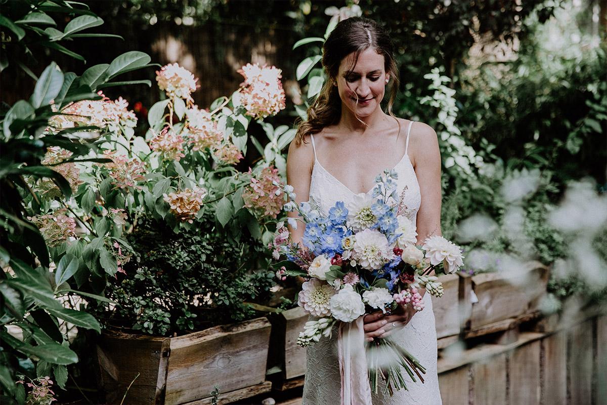 Hochzeitsportrait Braut mit Brautstrauß aus Herbstblumen in weiß und pastell - Alte Schmiede Old Smithy's Dizzle Hochzeitsfotograf © www.hochzeitslicht.de