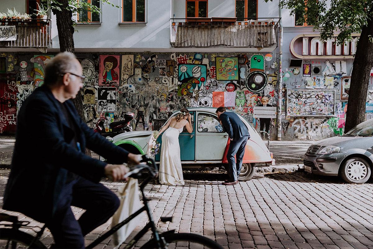 urbanes Hochzeitsfoto vor Graffiti und alter Citroen Ente bei Friedrichshain-Hochzeit - Alte Schmiede Old Smithy's Dizzle Hochzeitsfotograf © www.hochzeitslicht.de