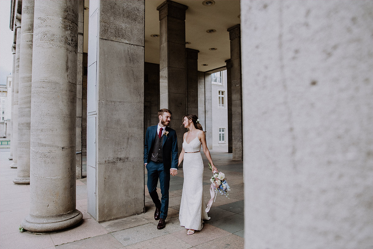 ungestelltes Brautpaarfoto Hochzeit Berlin Friedrichshain - Alte Schmiede Old Smithy's Dizzle Hochzeitsfotograf © www.hochzeitslicht.de
