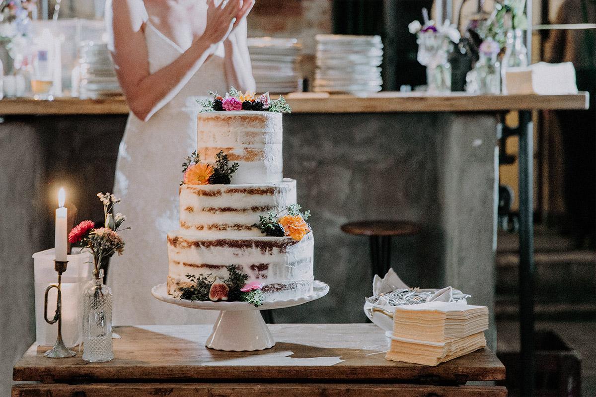 dreistöckige Hochzeitstorte Naked Cake bei Boho-Hochzeitsfeier Friedrichshain - Alte Schmiede Old Smithy's Dizzle Hochzeitsfotograf © www.hochzeitslicht.de