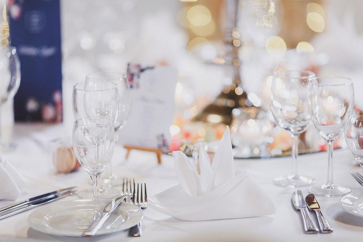 Hochzeitsfoto von eleganter Tischdekoration bei Landgut Stober Hochzeit - Landgut Stober Hochzeitsfotograf © www.hochzeitslicht.de