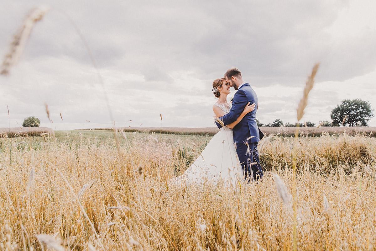 Brautpaarfoto auf Feld - Landgut Stober Hochzeitsfotograf © www.hochzeitslicht.de
