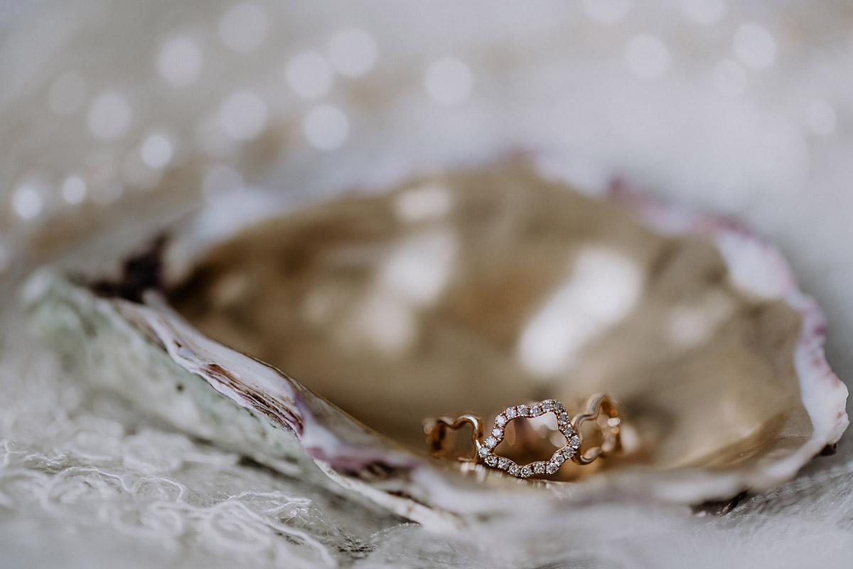 Verlobungsring in Muschel - Mallorca Hochzeitsfotograf © www.hochzeitslicht.de