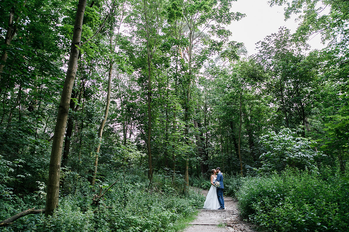 natürliches Hochzeitsfoto Brautpaar im Wald - Berlin Hochzeitsfotograf © www.hochzeitslicht.de