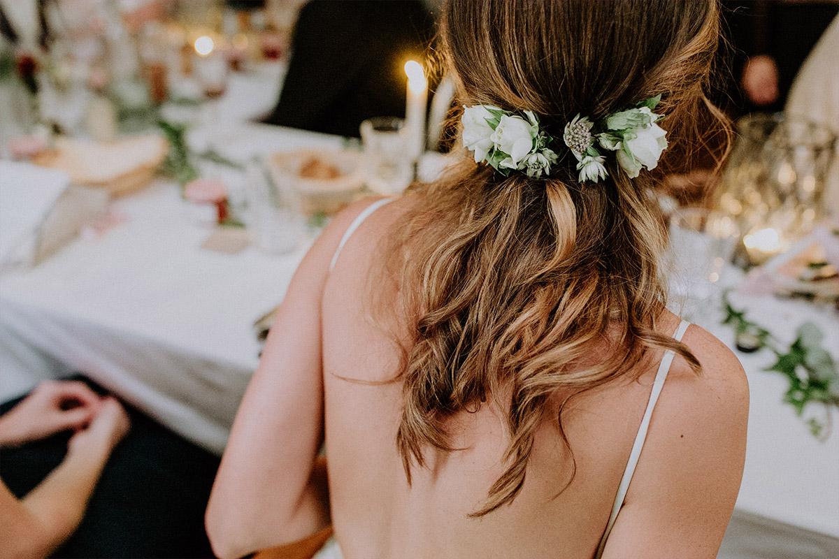 Haarschmuck der Braut aus Blumen - Alte Schmiede Old Smithy's Dizzle Hochzeitsfotograf © www.hochzeitslicht.de