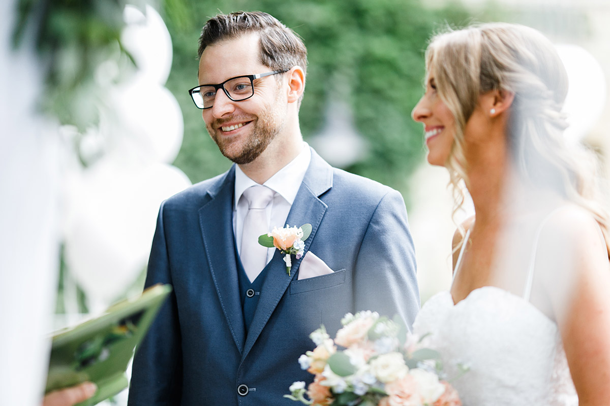 Brautpaar bei freier Trauungszeremonie Paulsborn Grunewaldsee - Berlin Hochzeitsfotograf © www.hochzeitslicht.de