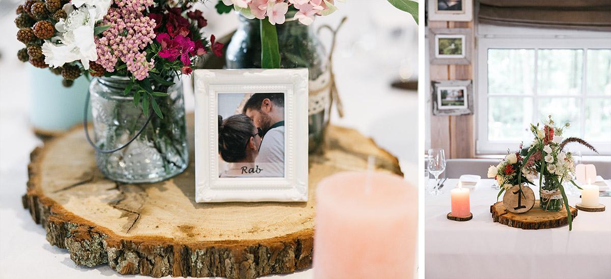 rustikale sommerliche Tischdekoration mit pastellfarbenen Blumen und Holzscheiben - Seelodge Kremmen Hochzeitsfotograf © www.hochzeitslicht.de