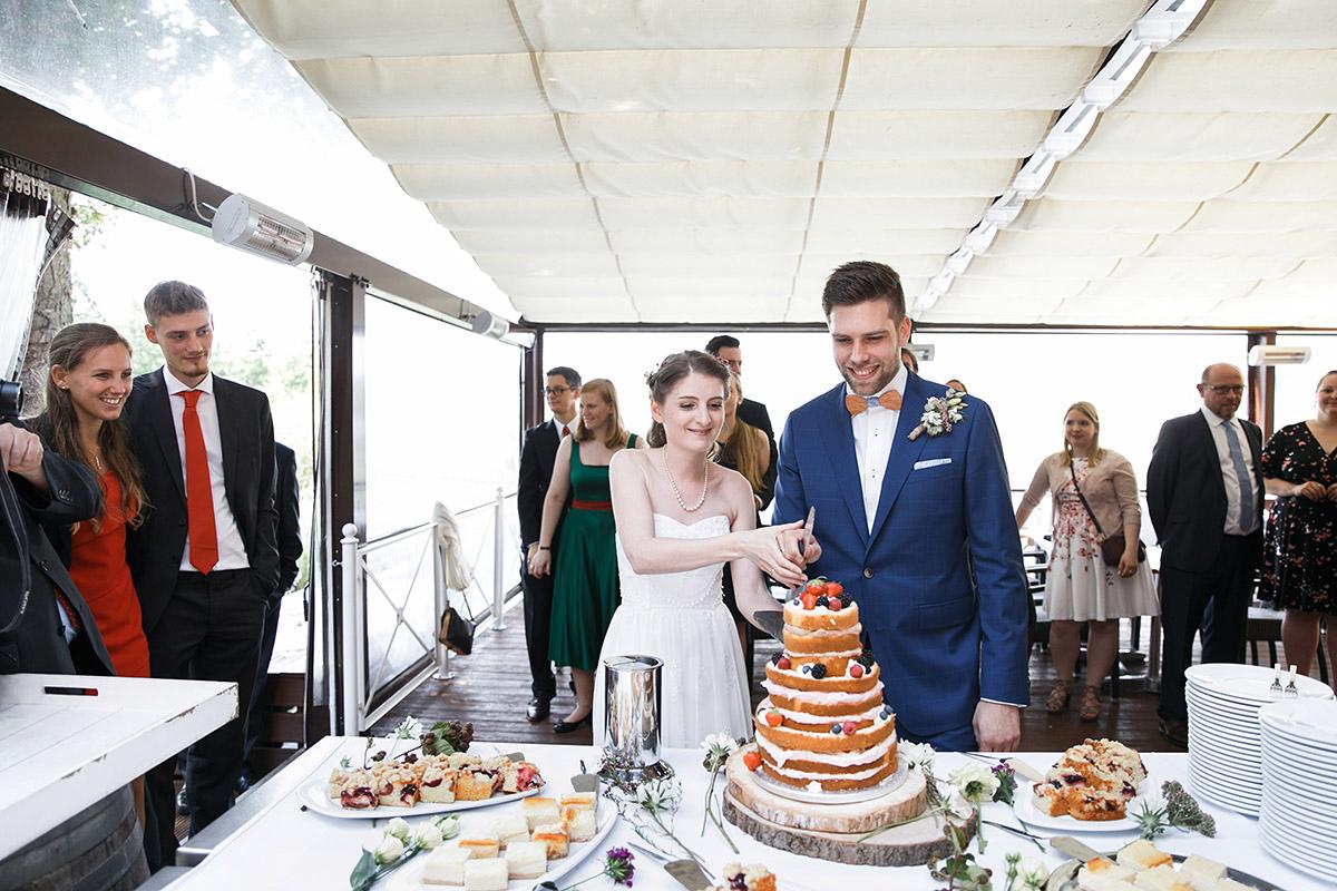 Brautpaar beim Anschneiden der Hochzeitstorte - Seelodge Kremmen Hochzeitsfotograf © www.hochzeitslicht.de
