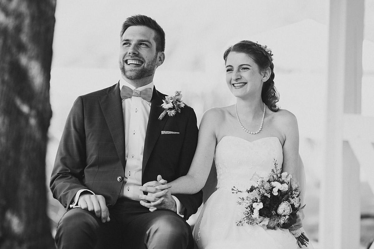 strahlendes Brautpaar bei Trauung - Seelodge Kremmen Hochzeitsfotograf © www.hochzeitslicht.de