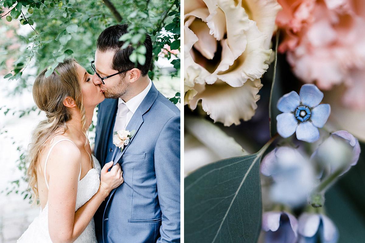 sommerliches Brautpaarfoto und Detailfoto Brautstrauß in zarten Farben - Berlin Hochzeitsfotograf © www.hochzeitslicht.de