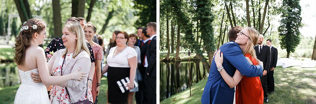 Gratulation der Gäste nach Trauung - Seelodge Kremmen Hochzeitsfotograf © www.hochzeitslicht.de