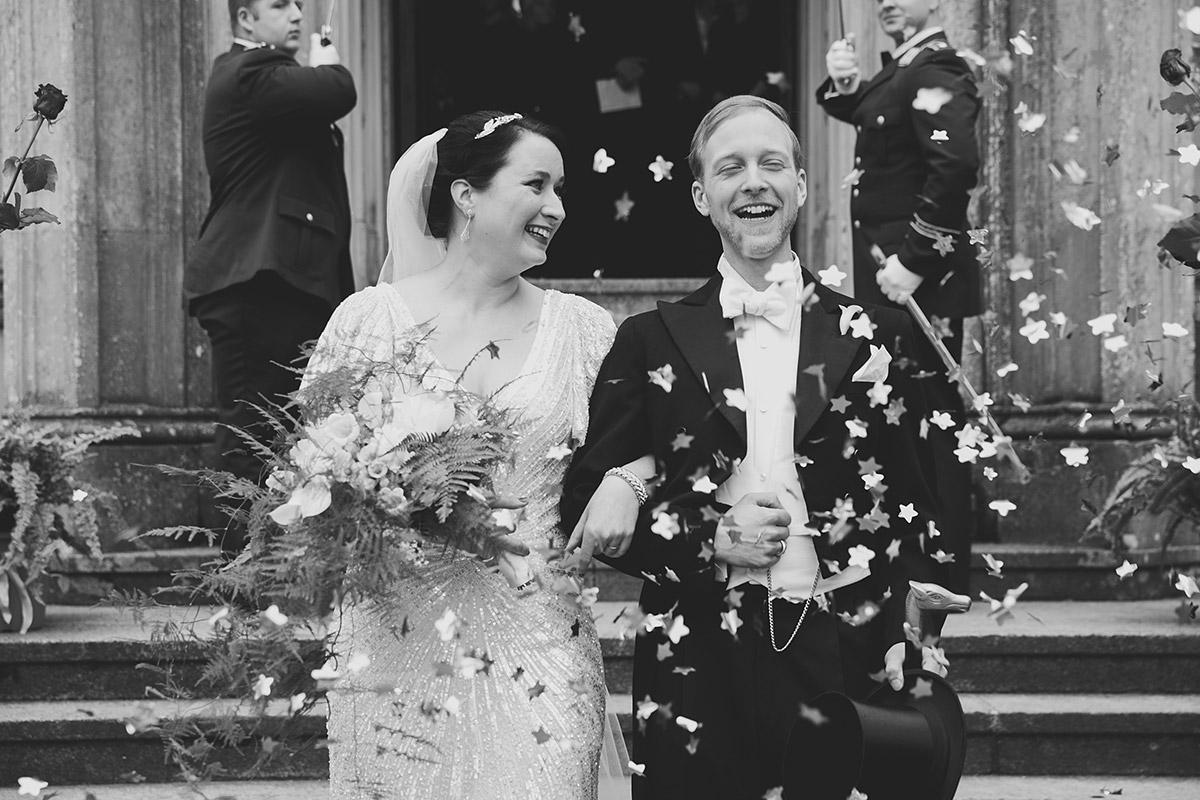 Auszug Brautpaar nach Trauung bei Vintage-Hochzeit - Schloss Kröchlendorff Hochzeitsfotograf © www.hochzeitslicht.de