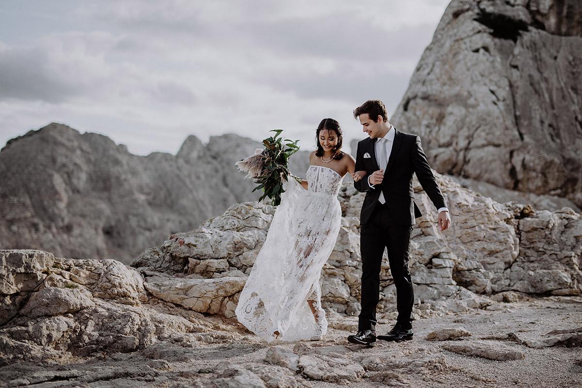 Brautpaar bei intimer Hochzeit zu zweit am Meer - Mallorca Hochzeitsfotograf © www.hochzeitslicht.de
