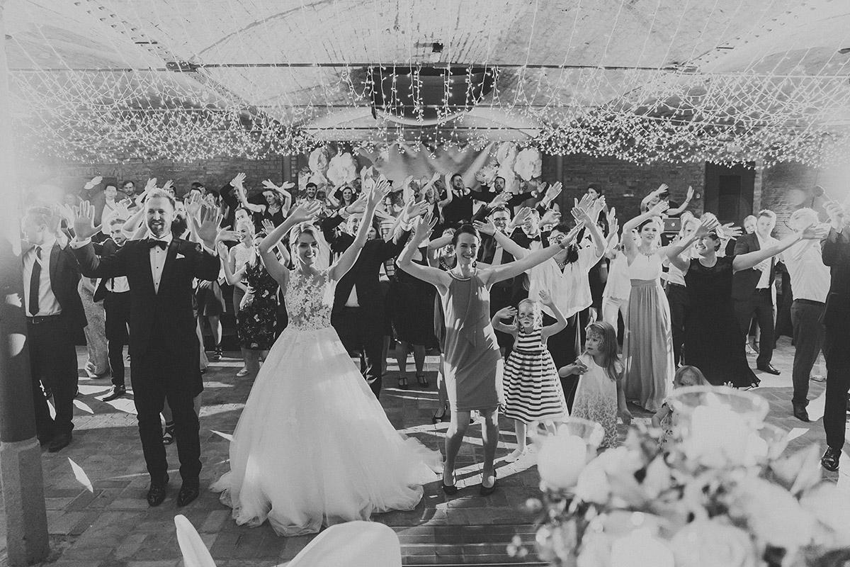 tanzende Hochzeitsgesellschaft bei Hochzeitsfeier - Landgut Stober Hochzeitsfotograf © www.hochzeitslicht.de