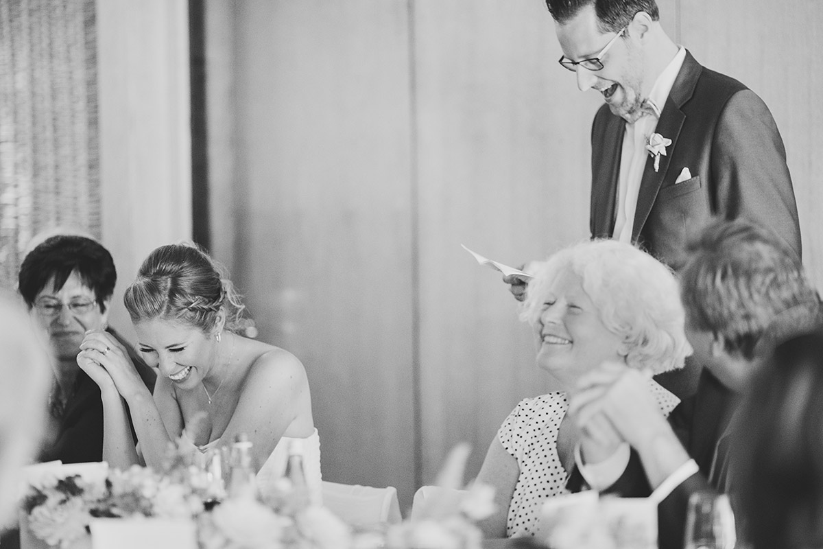 ungestelltes Hochzeitsfoto bei Rede des Bräutigams - Berlin Hochzeitsfotograf © www.hochzeitslicht.de