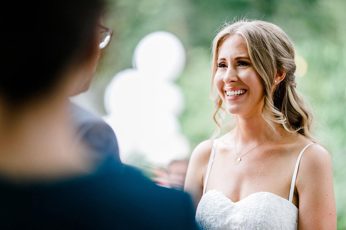 gerührte Braut bei freier Trauung Paulsborn Grunewald - Berlin Hochzeitsfotograf © www.hochzeitslicht.de