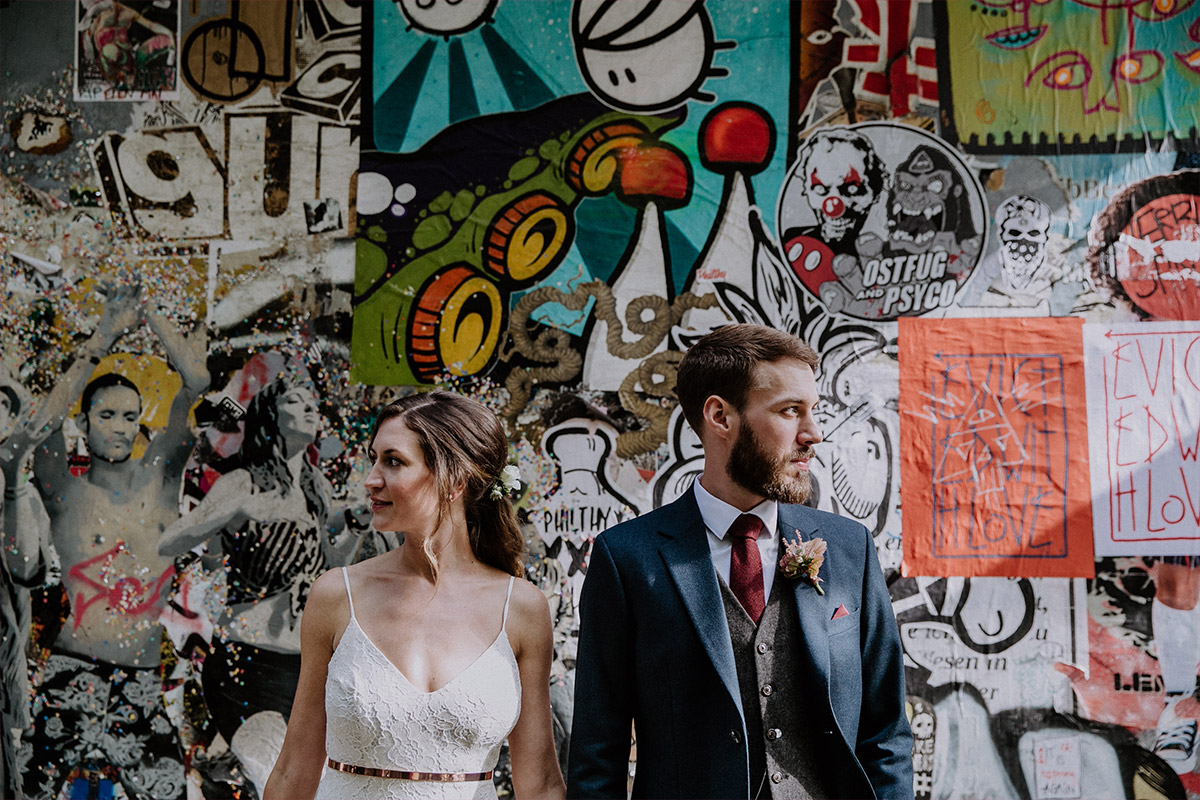 modernes Brautpaarfoto vor urbaner Graffitiwand - Alte Schmiede Old Smithy's Dizzle Hochzeitsfotograf © www.hochzeitslicht.de