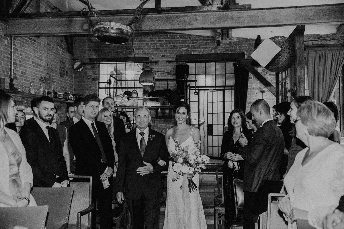 Einzug der Braut bei Trauung - Alte Schmiede Old Smithy's Dizzle Hochzeitsfotograf © www.hochzeitslicht.de