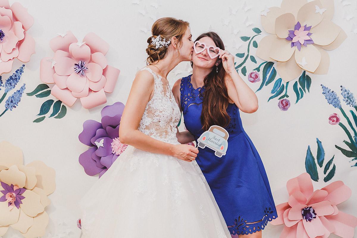 Hochzeitsfoto im Photobooth mit Blumenhintergrund - Landgut Stober Hochzeitsfotograf © www.hochzeitslicht.de
