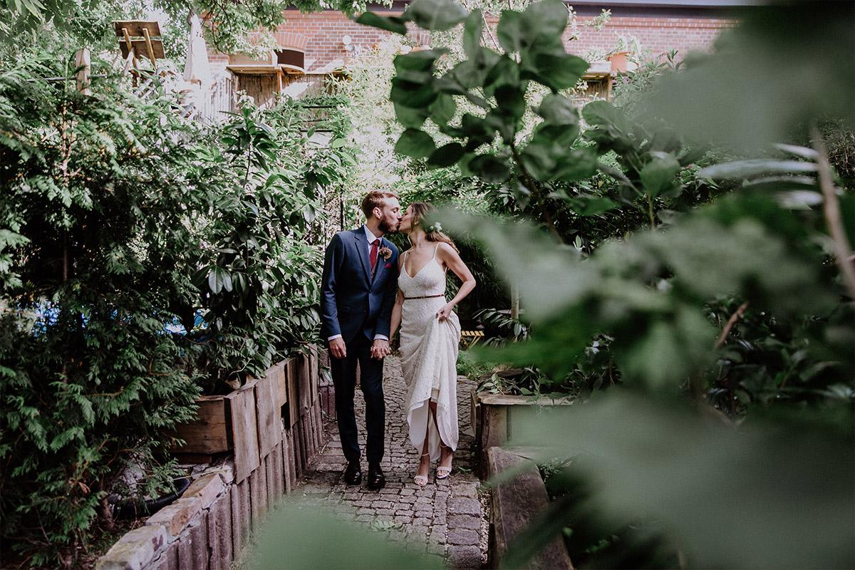 first look von Brautpaar im Garten - Alte Schmiede Old Smithy's Dizzle Hochzeitsfotograf © www.hochzeitslicht.de