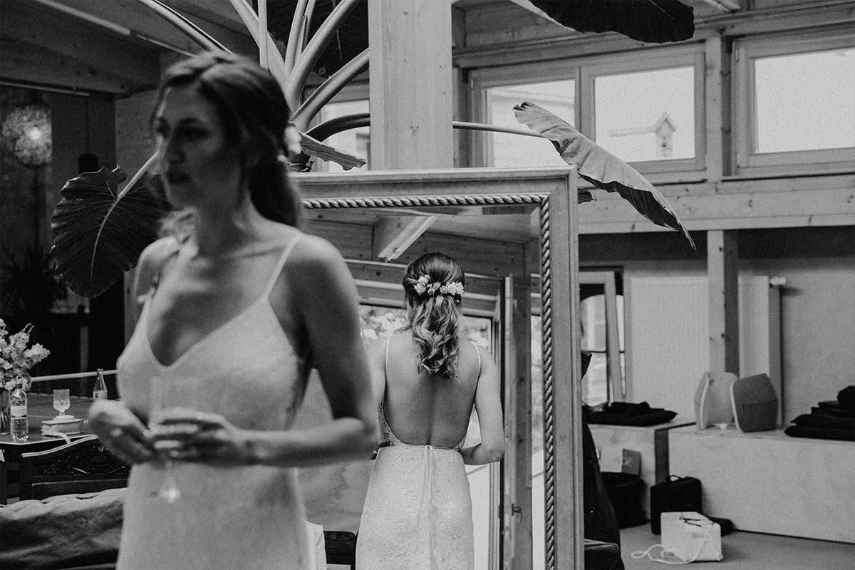 Getting Ready der Braut bei stylisher Berlinhochzeit - Alte Schmiede Old Smithy's Dizzle Hochzeitsfotograf © www.hochzeitslicht.de