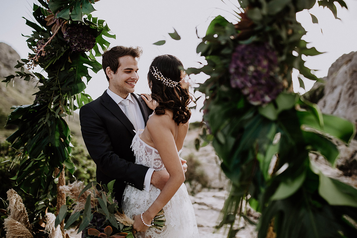 Hochzeitsfoto Brautpaar unter Blumenbogen bei Elopement Shooting - Mallorca Hochzeitsfotograf © www.hochzeitslicht.de