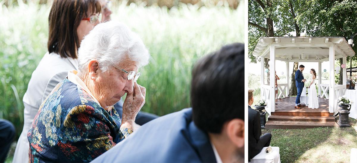 Hochzeitsfotos von gerührten Gästen und Ja-Wort des Brautpaares - Seelodge Kremmen Hochzeitsfotograf © www.hochzeitslicht.de