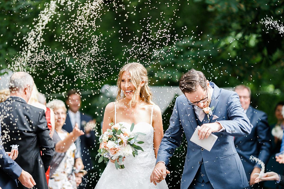 Auszug Brautpaar Konfettiregen - Berlin Hochzeitsfotograf © www.hochzeitslicht.de